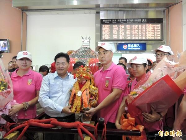 鎮瀾宮副董事長鄭銘坤到機場迎接因大甲媽廈門分靈神像。(記者歐素美攝)
