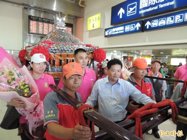 鎮瀾宮動員到台中機場迎接大甲媽廈門分靈神像。(記者歐素美攝)