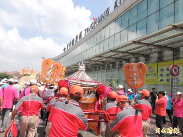 鎮瀾宮到台中機場迎接大甲媽廈門分靈神像,致國內線出入境大廳前難得出現大批陣頭的熱鬧景象。 (記者歐素美攝)