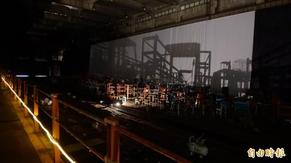 位於柴電工廠的「極光邊境」就地取材,投影在大型布幕上,呈現鐵道與城市的交織。(記者游蓓茹攝)