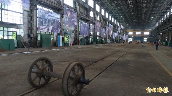 在組立工場的「聲音旅行二〇一四」記錄台灣鐵道沿線的聲音,搭配懸吊的30幅全廠區維修運作的巨大影像輸出,呈現鐵道旅程。(記者游蓓茹攝)
