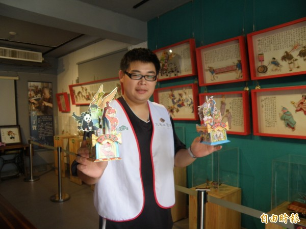 北港工藝坊準備藝閣燈籠,分送遊客帶回家收藏。(記者陳燦坤攝)