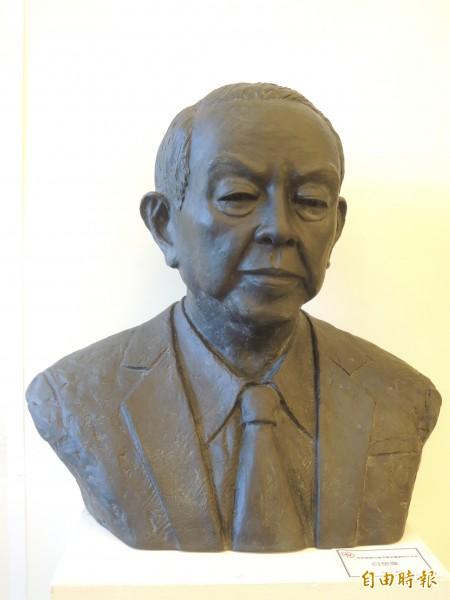 奇美創辦人許文龍創作的自塑像,將捐給南美會典藏。(記者洪瑞琴攝)