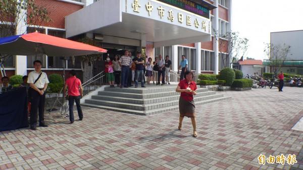 烏日區公所公僕以「飛奔」速度趕往現場領獎,讓民眾看傻眼。(記者俞泊霖攝)