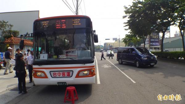 133路試乘公車(左)還在現場,市長胡志強連公車都沒搭上就已乘座車(箱型車)離開。(記者俞泊霖攝)