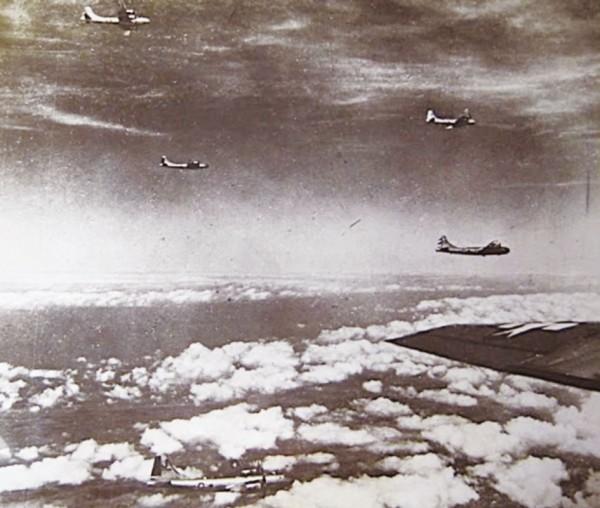 1944年10月14日,美軍出動130架次B-29轟炸機轟炸岡山情景。(圖由高市關懷台籍老兵文化協會提供)