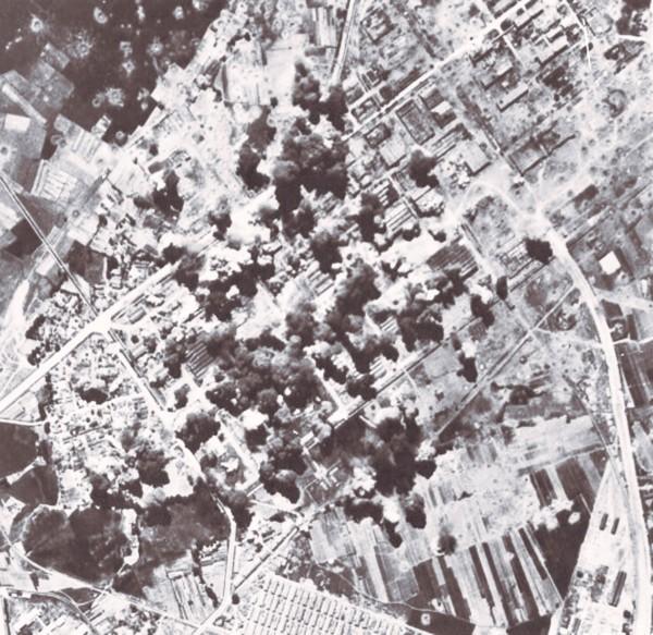 從空中鳥瞰,「岡山大空襲」岡山街道被炸得遍地開花、死傷無數。(圖由高市關懷台籍老兵文化協會提供)