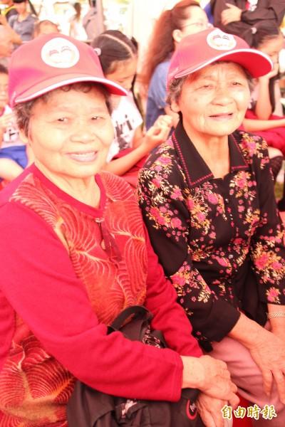 全場年紀最大、81歲雙胞胎阿嬤鍾秀蘭(左)、鍾秀蕙(右)。(記者黃美珠攝)