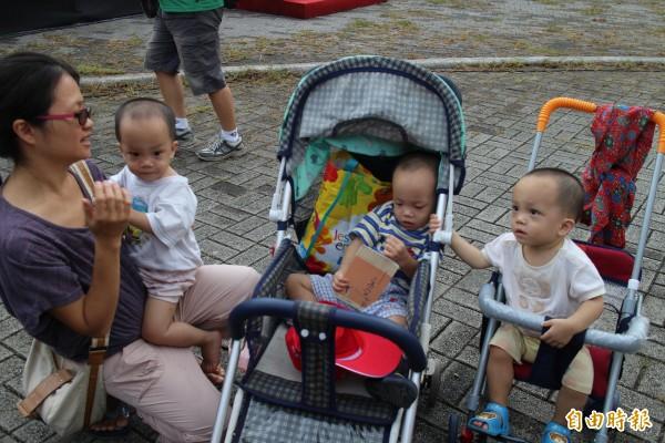 來自北埔的謝文雁(左)帶著全場唯一的1對3胞胎跟所有雙胞胎們相見歡。(記者黃美珠攝)