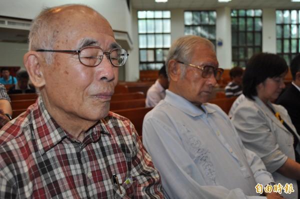 岡山大轟炸死裡逃生的王文清(左一)、梁啟祥(右二)為亡靈祈禱、追思。(記者蘇福男攝)
