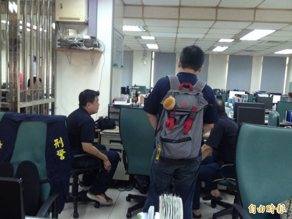 民進黨高市議員參選人簡煥宗(左一)報案,指控在雄檢前遭楊秋興的支持者恐嚇。(記者黃良傑攝)