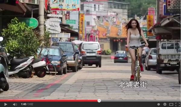 新竹縣長參選人鄭永金的清新篇電視廣告用單車正妹當主角,吸引不少網友點閱。(畫面擷取自影片)