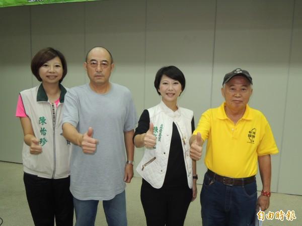 中國自由派法律學者袁紅冰(左二)受邀到台南演講、鼓吹建立台灣共和國,這是台灣唯一可走的生路。(記者王俊忠攝)