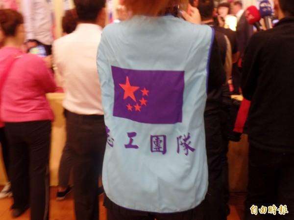 中國生產黨黨徽及背心,設計概念結合共產黨與國民黨黨徽。(記者郭安家攝)