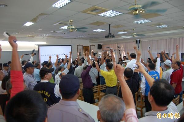 營建署召開國家級北門濕地範圍確認說明會,漁民舉手表達反對立場。(記者王涵平攝)