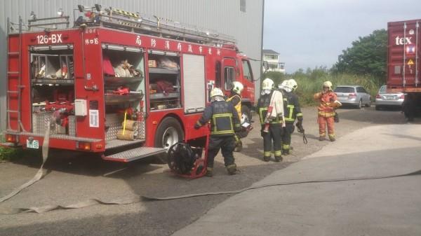 新北市消防局於林口舉辦「大型鐵皮暨工廠火災搶救操演」。(記者謝君臨翻攝)