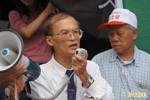 台灣大學國際企業系副教授陳永昌(持麥克風者),今早10點向台北地檢署按鈴告發,指控馬英九涉嫌貪污「海角7億的1.5倍」。(記者錢利忠攝)