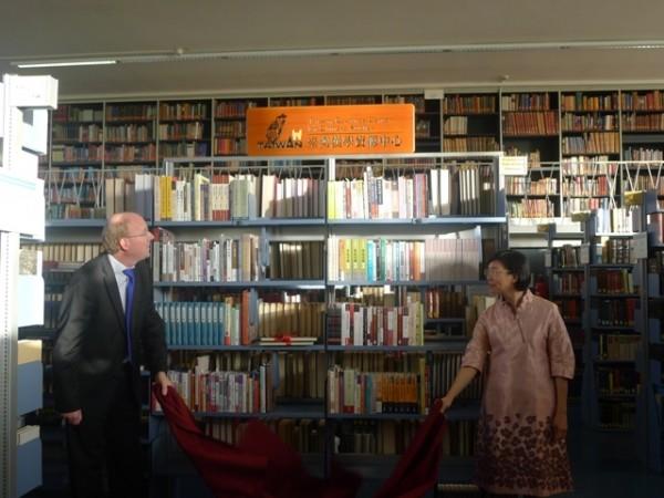 國家圖書館館長曾淑賢(右)與德國巴伐利亞邦立圖書館Klaus Ceynowa副館長(左)共同簽署「台灣漢學資源中心」設立的合作備忘錄,並舉行啟用典禮。(國圖提供)
