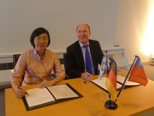 國家圖書館館長曾淑賢(左)與德國巴伐利亞邦立圖書館Klaus Ceynowa副館長(右)共同簽署「台灣漢學資源中心」設立的合作備忘錄,並舉行啟用典禮。(國圖提供)