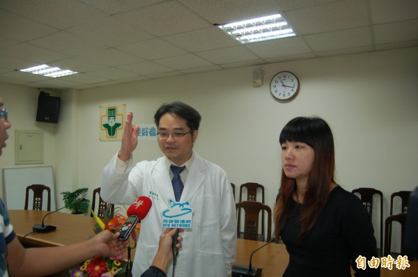 蔡姓女上班族(右)切除腎上腺瘤後,高血壓症況也消失。(記者陳燦坤攝)
