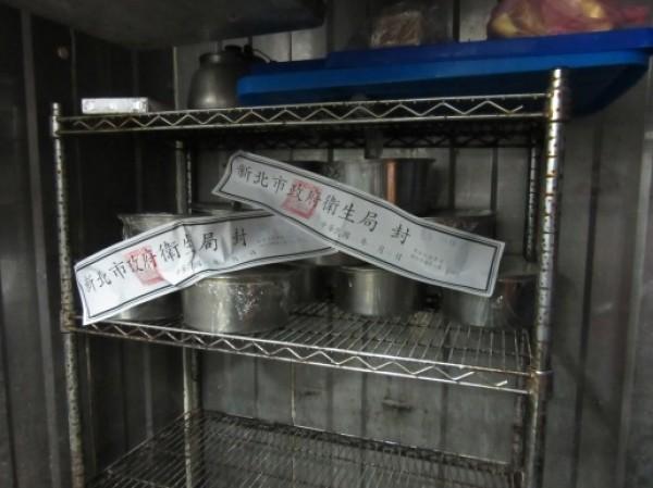 新北市衛生局查獲三重盧佳食品公司用化工級石膏粉製作豆花,但台北市衛生局稽查結果卻是食品級。(衛生局提供)