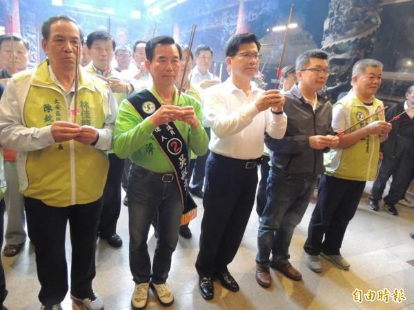 林佳龍等人到大甲鎮瀾宮上香,祈求競選團隊人車平安及順利當選台中市長。(記者歐素美攝)