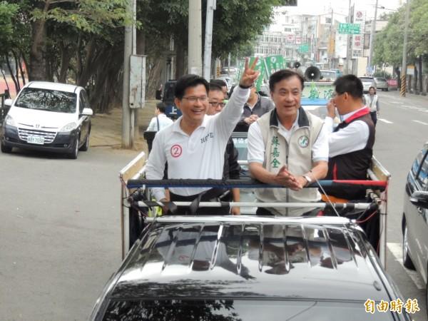 林佳龍在蘇嘉全陪同下於甲安埔區車隊掃街拜票。(記者歐素美攝)