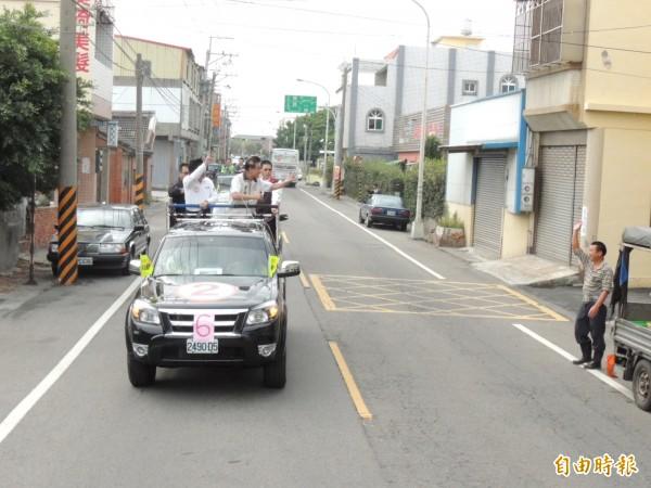 林佳龍車隊在大安區掃街拜票,熱情民眾揮手表示支持。(記者歐素美攝)