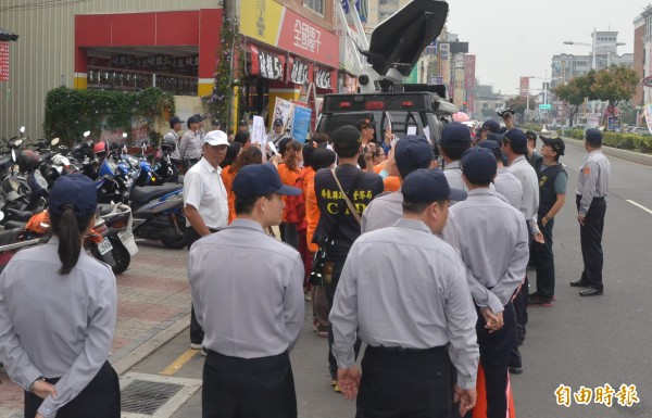 馬英九到屏東助選,國道收費員自救會到場抗議,警方以一倍的優勢警力將抗議民眾包圍起來。(記者葉永騫攝)