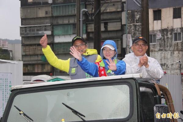 蘇貞昌(右)陪同新北市議員候選人林裔綺(中)、市長候選人游錫堃(左)到瑞芳地區進行車隊掃街拜票。(記者林欣漢攝)