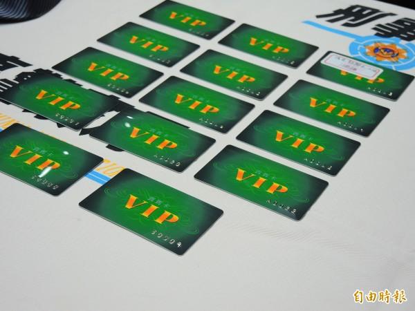 詐騙集團利用車手的人海戰術,短短3天左右,持偽造中國銀聯卡,領光2億元,圖為部分銀聯卡。(記者林良昇攝)
