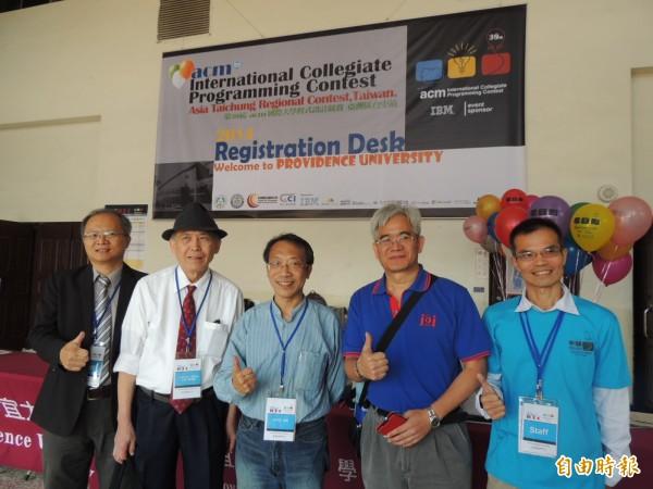 ACM國際大學程式設計競賽在靜宜大學揭幕,亞洲區主席黃金雄(左二)鼓勵台灣民眾踴躍參賽。(記者歐素美攝)
