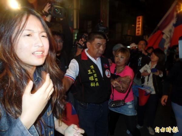 廖小姐(左)遭穿著粉紅色衣服民眾打。(記者郭安家攝)