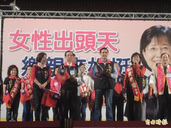 國民黨主席、總統馬英九為國民黨南市長候選人黃秀霜站台助選。(記者洪瑞琴攝)