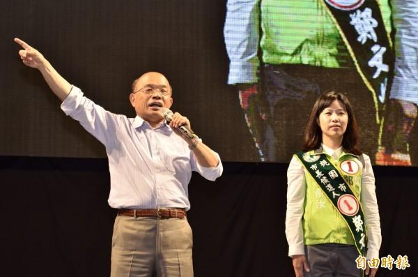 前行政院長蘇貞昌(左)桃園站台,呼籲民眾一定要踴躍投票,用選票說出對國民黨的不滿,讓馬英九覺醒。(記者李容萍攝)