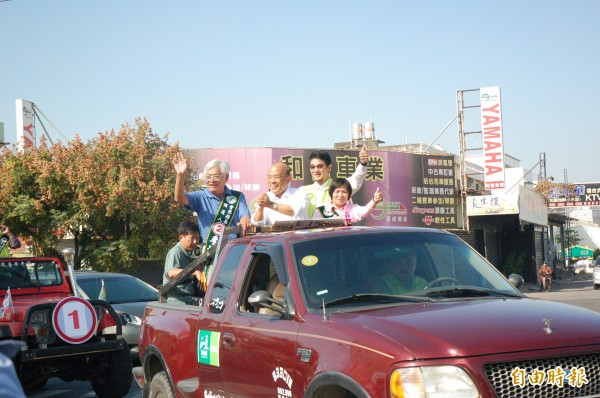 前民進黨主席蘇貞昌(中)陪同李進勇(左)與許百芳(右)斗六掃街,爭取支持。(記者林國賢攝)