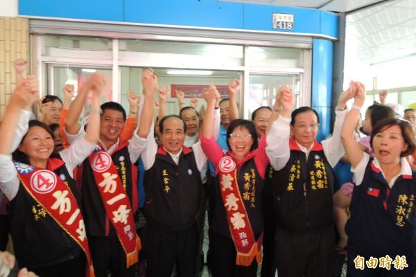 立法院長王金平(左3)陪同國民黨台南市長候選人黃秀霜(右3)、市議員候選人方一峰(左2)拜票。(記者劉婉君攝)