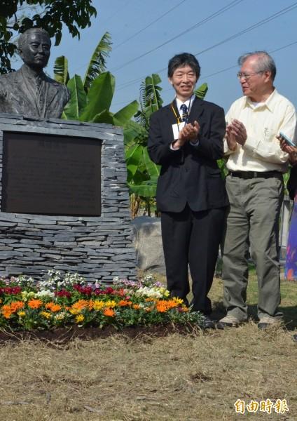 林務局今天上午舉辦鳥居信平銅像揭幕儀式,鳥居信平嫡孫鳥居徹(左)受邀與會。(記者邱芷柔攝)