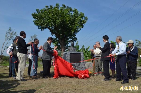 林務局今天上午舉辦鳥居信平銅像揭幕儀式。(記者邱芷柔攝)