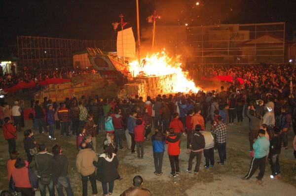 台南市柳營代天院在今天凌晨燒王船,有上千位信眾忍著低溫參與送王。(記者楊金城攝)