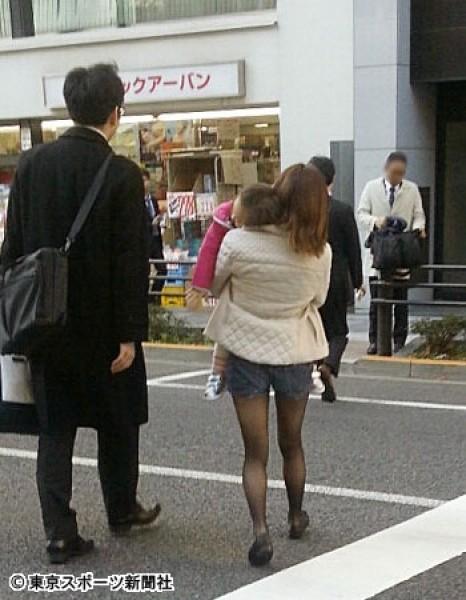 加護亞依(右)被日媒拍到在經紀人陪同下見律師。(圖:擷自東京體育報網站)
