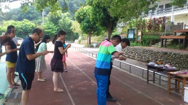 新竹縣文山國小近年每學期的始業式都會先準備束脩向老樹感恩。(圖由文山國小提供)