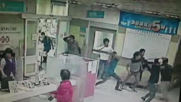 因為停車糾紛爆發肢體衝突,今天上午彰濱秀傳醫院發生打架事件,嚇壞病患和醫護人員。(圖記者張聰秋翻攝)