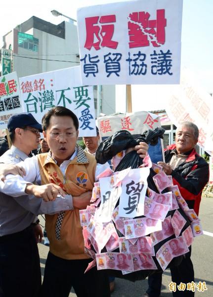 陳德銘台南訪慈濟,台聯南市黨部主委陳昌輝率員抗議。(記者吳俊鋒攝)
