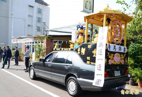 陳昌輝也找來佛祖車到場,抗議陳德銘。(記者吳俊鋒攝)
