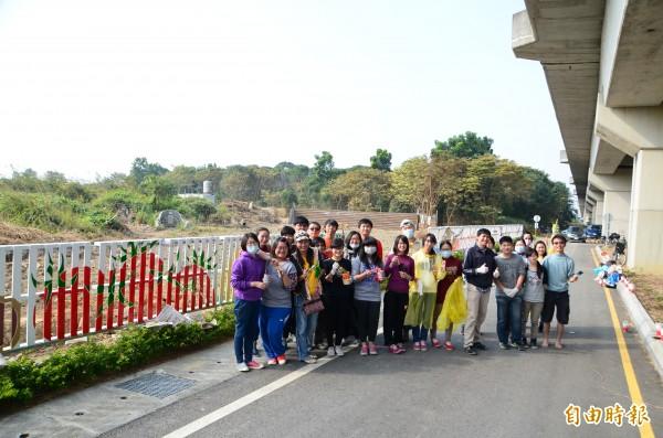 長榮大學師生合力為歸仁公墓圍籬彩繪,協助社區營造。(記者吳俊鋒攝)