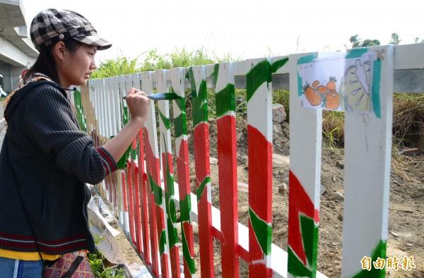 學子們畫出在地特色,要讓公墓圍籬有亮點。 (記者吳俊鋒攝)