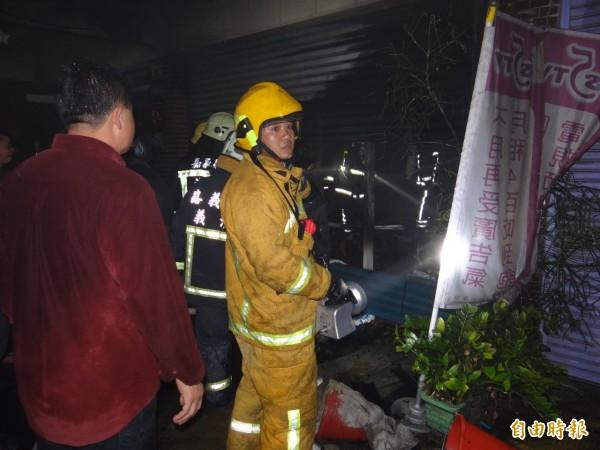 朴子市鬧區新榮路傍晚驚傳火警,幸受困火場民眾及時獲救。(記者蔡宗勳攝)