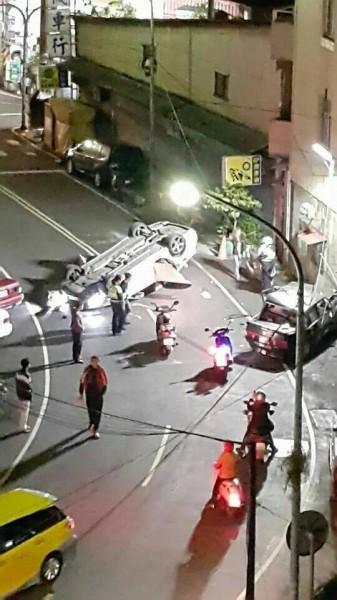 住在案發地點附近的網友,第一時間拍下車禍事故現場。(圖擷取自「林義峰」臉書)
