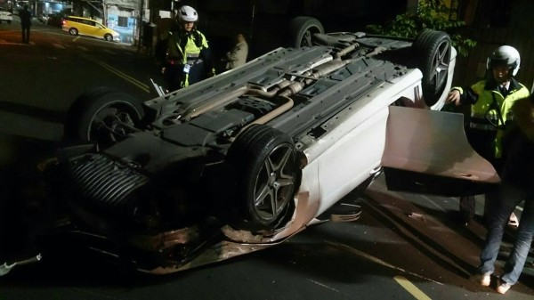 肇事的賓士車失控衝撞路旁的車輛後翻覆。(記者曾健銘翻攝)
